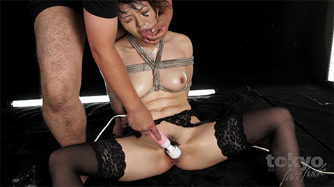 Japanese housewife takes pleasure from shibari while sucking cock